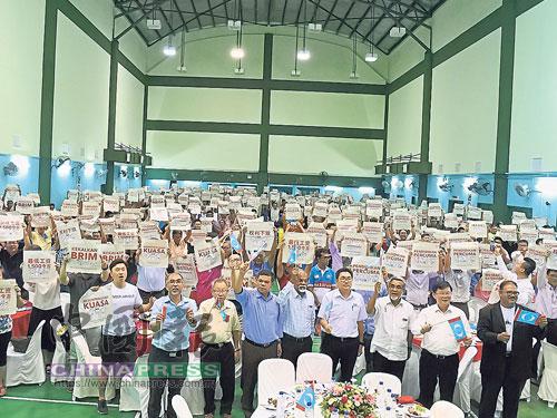 出席者高舉希盟競選宣言,前排左起為莫哈末峇迪亞、杜乾煥、賽夫丁、再也巴蘭、沈志勤、阿都馬烈、曹觀友及阿末阿茲里查。