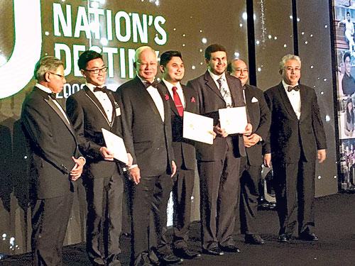 死者(右3)從納吉(左3)手中接獲獎狀;小圖為死者在國庫基金會亞洲獎學金計劃榮獲學業優秀獎。
