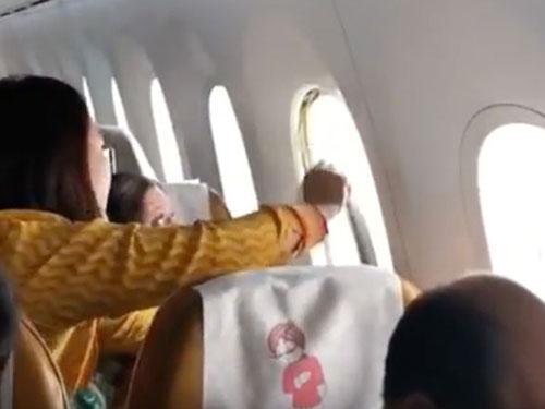 印航空姐在事發後,把窗框安回原位。
