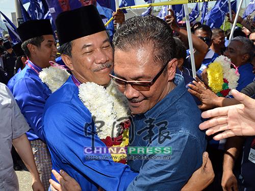 莫哈末哈山在晏斗州選區勝出後,與弟弟阿都甘尼擁抱分享喜悅。