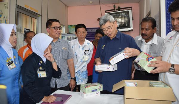 馬來西亞橡膠出口促進委員會捐獻醫用橡膠手套給予安順醫院,提高醫療保健領域職員使用手套的醒覺意識。