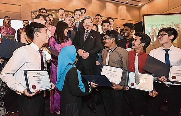 馬袖強于2017年出席大馬橡膠出口促進委員會(MREPC)的獎學金活動上,與獎學金得主交流,言談甚歡。