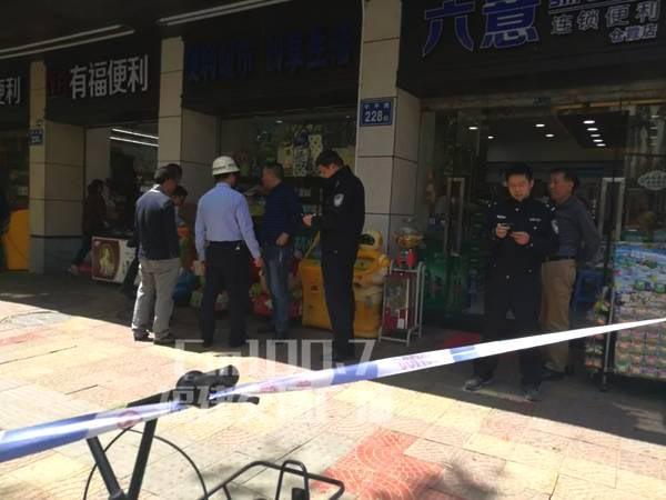 出事現場被封鎖,警方正收集證據。