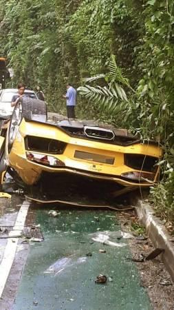 黃色藍寶堅尼被撞得毀壞不堪。