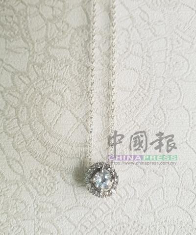 高貴設計的鑽石項鏈襯托出女人的個人魅力。