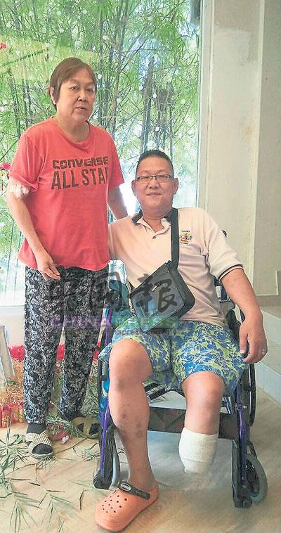 體弱的林金鳳每次推著坐在輪椅上的陳金輝,陪她去洗腎,風雨同路。