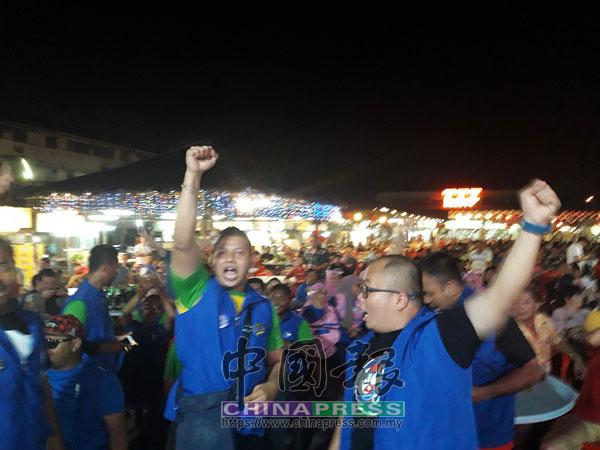 國陣的支持者在777皇后美食中心的造勢活動中高聲吶喊,情緒激昂。