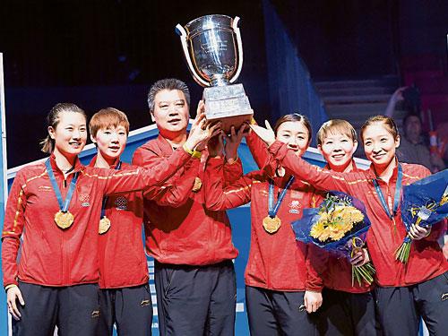 中國隊隊員和教練李隼(左3)賽后慶祝奪冠。右起為劉詩雯與朱雨玲,左為丁寧。(歐新社)