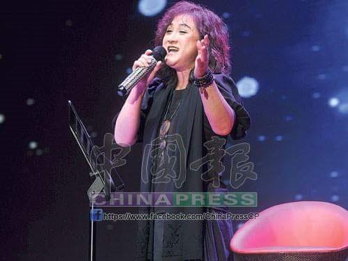 林秋燕在黎明姨榮休晚宴第一次也是最后一次唱歌給黎明姨聽。