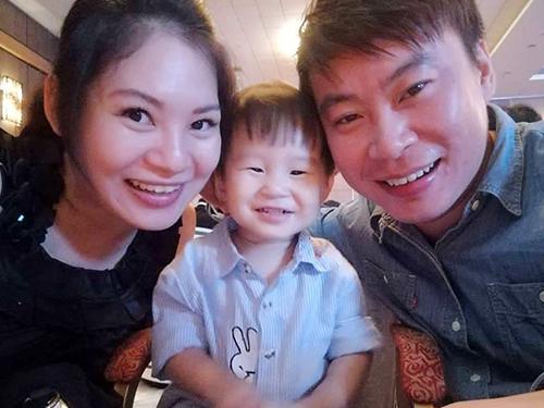 邱少爵與父母的合照。