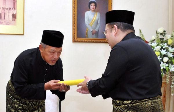 東姑法依(右)移交丹州大臣委任狀給給阿末耶谷。