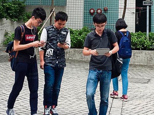 韓國推出在行走過程中自動鎖屏的手機功能,防止青少年邊走路邊使用手機發生事故。