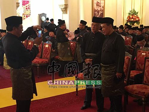 森州王室成员与新任森州务大臣阿米努丁(右)寒暄后一起合照。