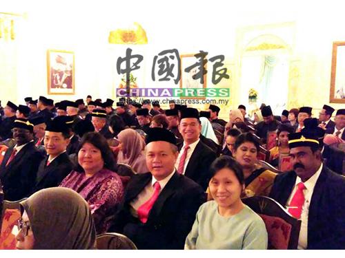 希盟众候任议员偕同夫人一起出席宣誓就职典礼,前排左2起是P古拿、谢琪清与其夫人黄慧艳及吴金财;后排右3是张聒翔及拉威(右)。