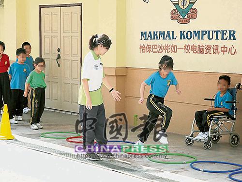 老師耐心教導學生各種運動方式。