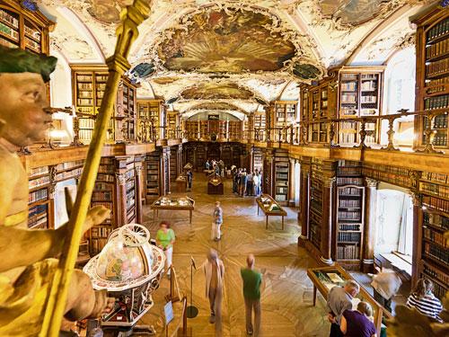 踏入古老的聖加侖修道院圖書館,美得令人屏息,內心有說不出的悸動!