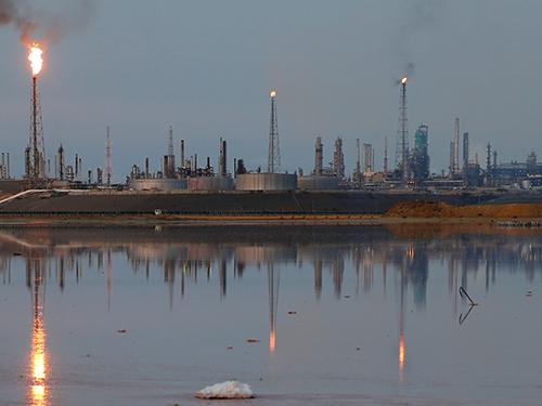 西亞局勢緊張引發供應疑慮,促使油價逼近3年半新高;圖為委內瑞拉一座煉油廠。(路透社)