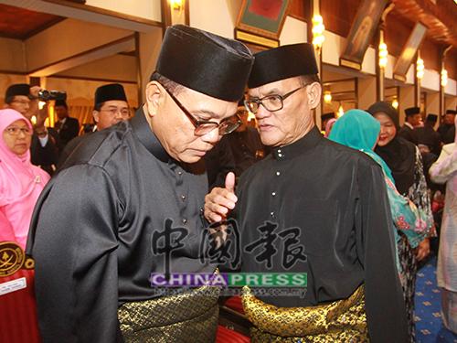 旺羅斯迪(左)及安南耶谷在大臣宣誓禮后,交頭接耳密談。