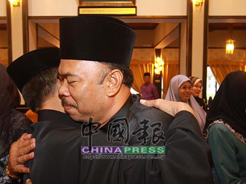 佐哈里(右)與安南耶谷擁抱。