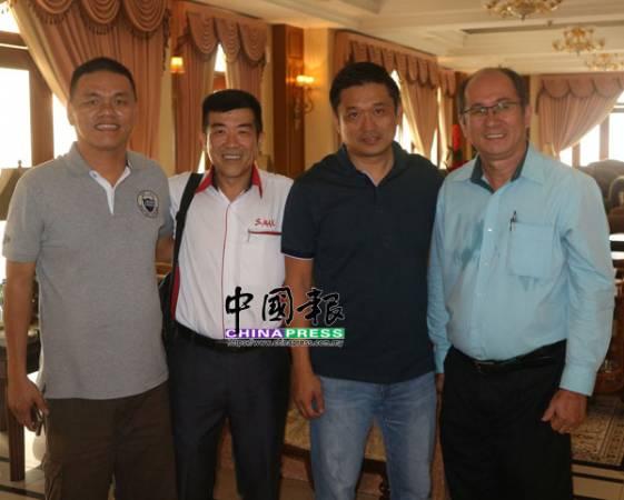 朱才明(左)認為官邸空間太大,造成浪費,他在官邸開放首日,與林仲明(左2起)、林聖寅和彭金勝,前來參觀。