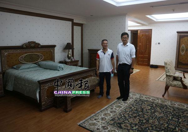 謝守欽(右起)和邱培棟,參觀樓上的主人房。