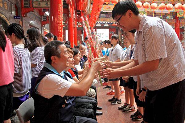 台灣頭份義民廟舉行教師節慶祝大會暨大成至聖先師聖誕祭典,並有敬師奉茶活動,表彰尊師重道。(大紀元)