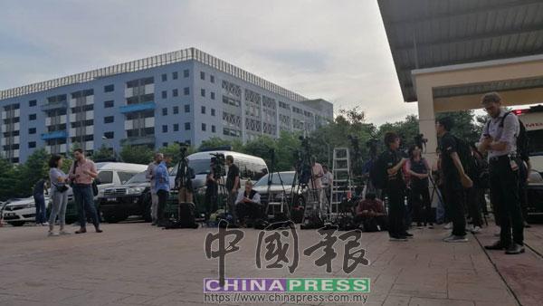 越來越多國內外媒體聚集在蕉賴康復中心病房門口,等待安華出現。