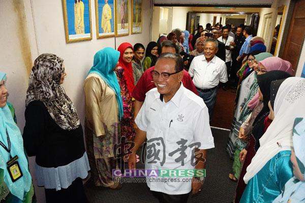親和的旺羅斯迪(中)抵達大臣辦公室時,獲官員們熱情迎接。