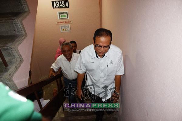 旺羅斯迪巡訪彭州政府大廈時,棄乘電梯,走樓梯到各層巡視。