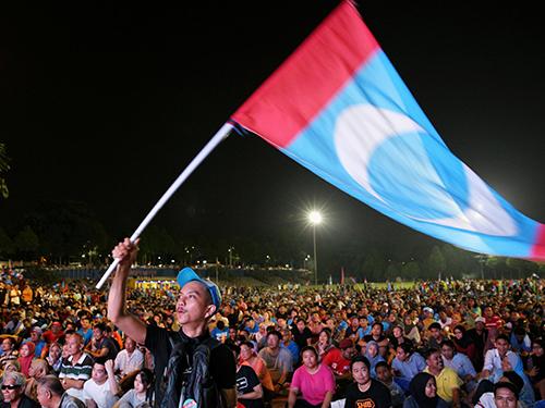 希盟取得選舉勝利,支持者10日凌晨聚集在八打靈的酒店外,等候希盟領袖馬哈迪發表講話。(路透社)