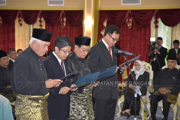 尤索耶谷(左起)、依溫貝尼迪、艾迪莫達及潘明豐在州元首府宣誓就任為州內閣部長。
