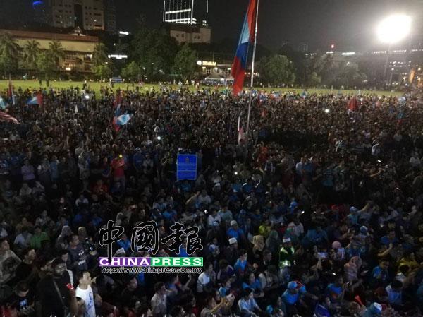 集會草場湧入人潮,準備聆聽安華及其他領袖演講。