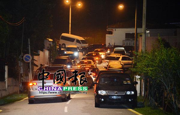 """超過10輛警車在納吉住家外""""排排站"""",場面浩大,引發各種揣測。"""