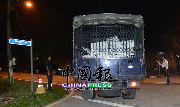 警方也出動警方囚車到現場,車斗內載有類似文件和私人物品。