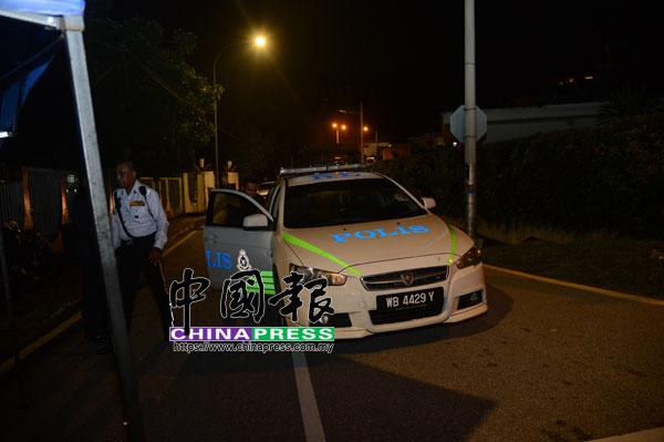 警員封鎖通往納吉住家的道路,媒體只能在路口守候。