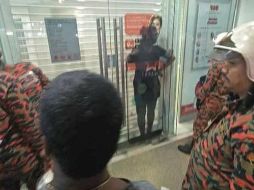 受害者(黑衣者)受困在銀行玻璃門及捲簾門中約2小時。