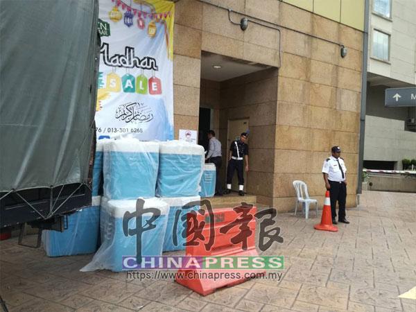 警方將空箱子陸續搬運至大廈內。