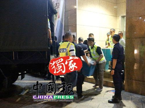 警方于把收納箱及行李箱搬上大卡車。
