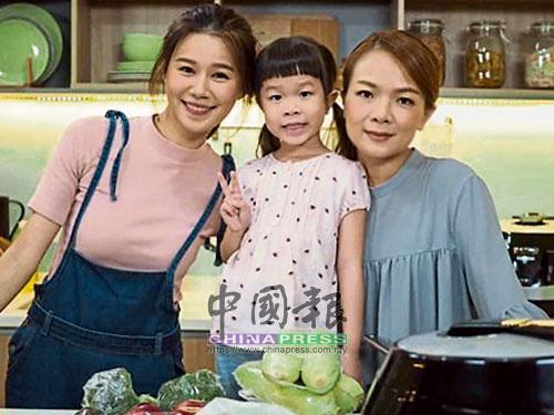 靜儀和小女兒一同受邀與香港藝人黃翠如同台演出。