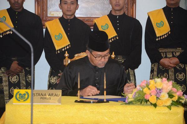 阿茲蘭曼簽署州務大臣委任狀。
