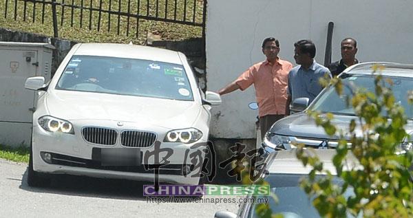 蘇巴馬念(左)在探訪納吉後,離開其住家。