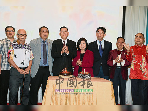 章計平(左4)與校友會成員一同切蛋糕,右起為劉天吉、陸景隆、印永翔、梁景蘭和陳紹厚,左為林瑞源。