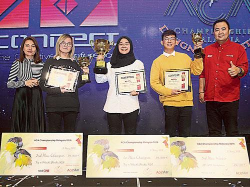 薛佩詩(左)與鄭明傅(右)頒獎后,與3位得獎者Calista Tania(左2起)、安妮斯和吳襯軒一起合照。