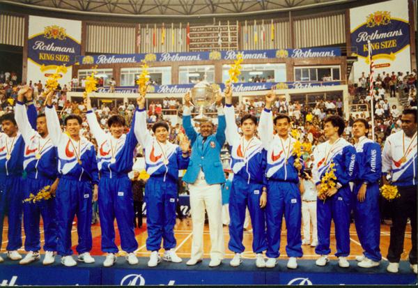 1992年湯杯頒獎禮上,依里奧斯奧瑪(中)以大馬羽總會長身份,率隊捧起冠軍獎杯。