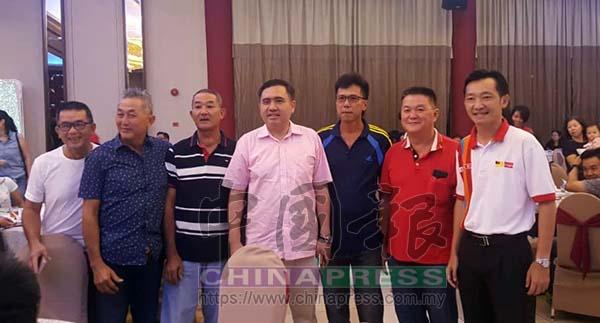 候任交通部長陸兆福(中)出席亞沙國席的慰勞會, 獲得黨員及支持者熱烈歡迎,右為謝琪清。