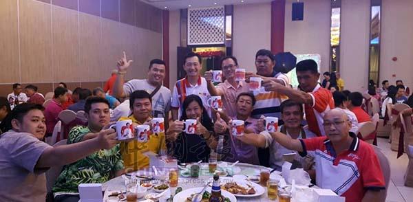 謝琪清(站者左2)贈送其競選團隊和監票員茶杯, 感恩他們在大選的協助。