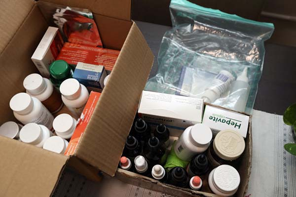 黃娟麗出示愛犬患病時所服用的多種藥物。