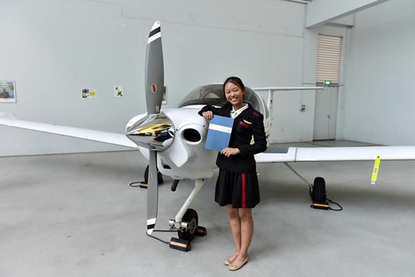 柯歡倪考取私人飛行執照後,如今加入新加坡空軍成為見習機師。(青少年飛行俱樂部提供)
