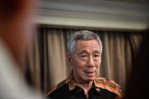 李顯龍結束行程後接受隨行新加坡媒體訪問。(《海峽時報》)