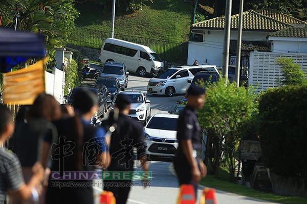 納吉在2輛巡邏警察摩哆的護送和另外3輛轎車的陪同下,一起從他位於大使朗格的住家出發。